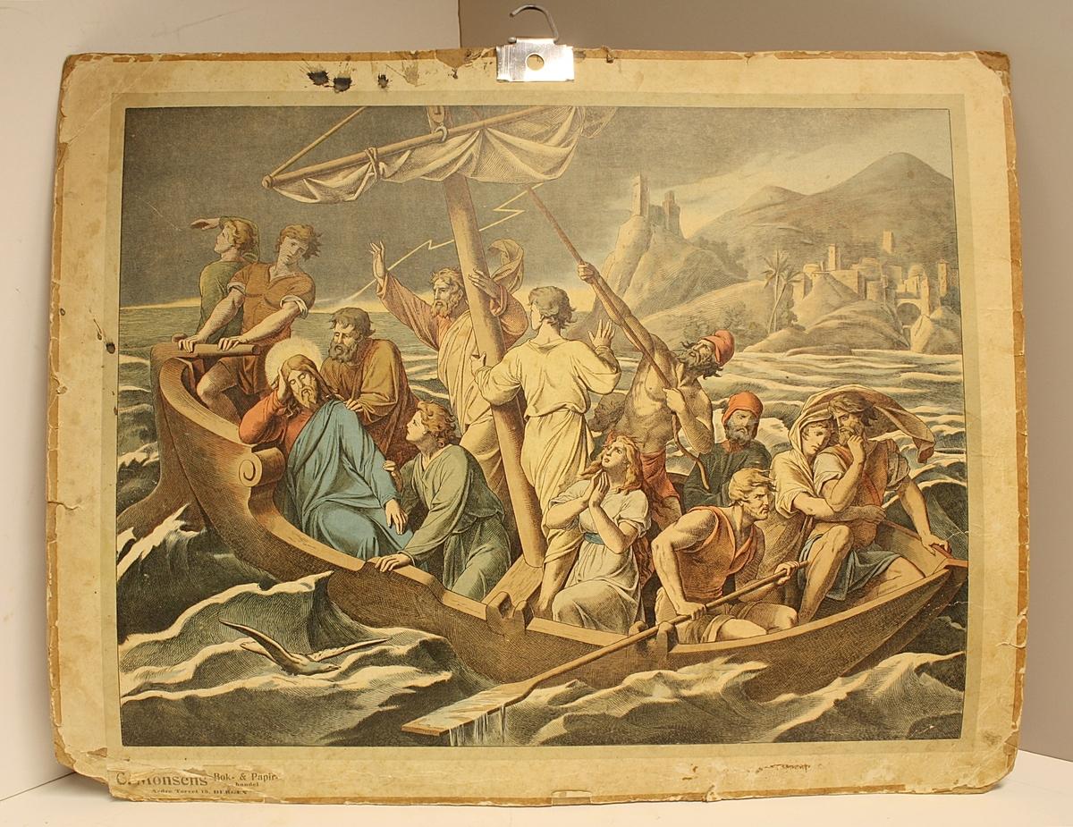 Rektangulær plakat. 13 personer i båt. En av dem er Jesus. Dårlig vær. Nyere metallkrok til oppheng. Noen blekkflekker.