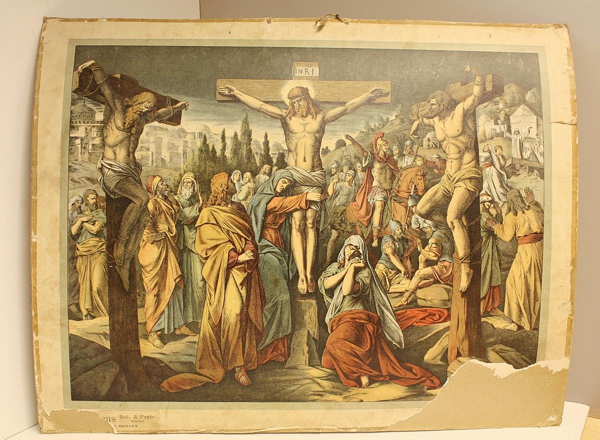 Rektangulær plakat. Menneskemengde. Tre korsfestede i forgrunnen. Jesus på korset i midten. Trær og byggninger i bakgrunnen. Skade i høyre hjørne. Tall skrevet med kritt på baksiden.