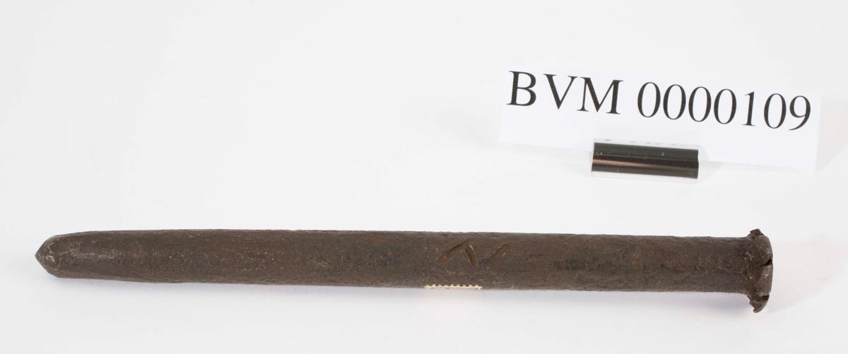 """NTM: """"Disse gamle jernbor er smidd ved Sølvverket og var alminnelig brukt på slutten av det 19de århundre."""" Jf. BVM 3973-3976."""
