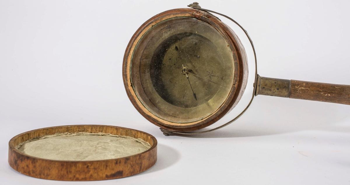 """NTM: """"Fra Sølvverkets gamle samling. Bruktes umder malmleting i terrenget etter magnetisk malm f. eks. en jernforekomst. Magnetnålen er svingbar i alle retninger. Dennes utslag peker de på forekomsten om sådan er tilstede."""""""