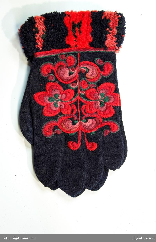 Broderte vanter i plattsøm med blomster og ornamenter. Mansjetten er flosset.