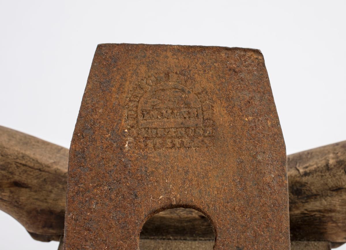 """Høvel i tre med to horn/håndtak, kile og høveljern. Jernet er av merket """"ATKINSON BROTHERS, IN MIND, WARRANTED CAST STEEL""""."""