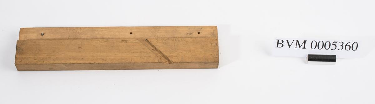 Høvelstokk uten kile eller jern. Styrekant på venstre langside.