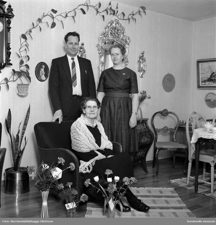 Fru Thelander, Kullagergatan 11, porträtt- och gruppbilder i samband med 70-årsdagen.