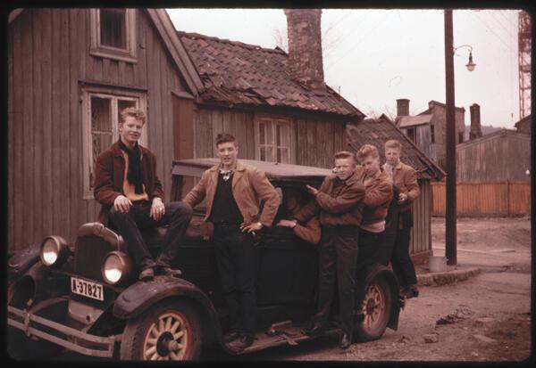 Unggutter med bil. Foto/Photo