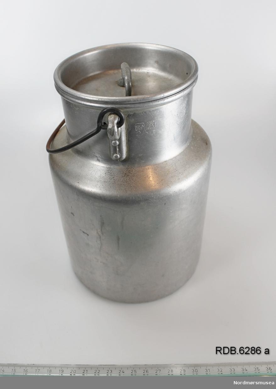 Sølvfarget 2-liters aluminiumsspann med hals, hengslet hank og løst lokk med håndtak.