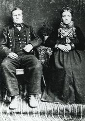Portrett,bunad og sølje. Guri Haugstad Ro og Ola Ro nordre.