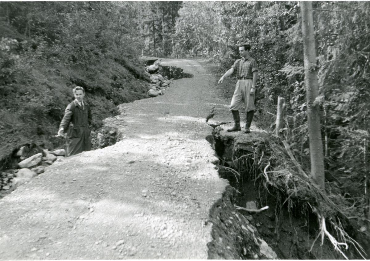 Bjarne Bang og Bjørn Dølven på vegen til Reinli som blei tatt av flaum i 1951.
