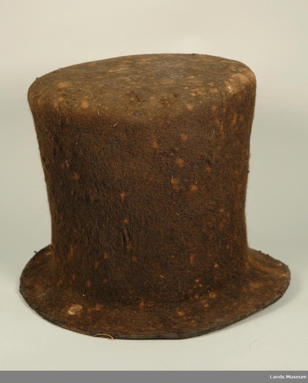 Filtet flosshatt med eit bomullbånd rundt bremmen som skoning.
