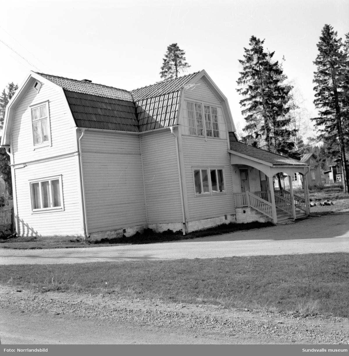 Slaktare J. P. Mobergs ena hus vid Medborgargatan 13 (Riddargatan) i västra Skönsberg. Huset låg precis i korsningen med Krönvägen. Här och på granntomten (15) drevs slakteri och åkeri.