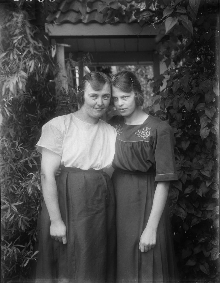 """""""Lisa Karlson och Elne Säv, Sevasta"""", Altuna socken, Uppland 1923"""