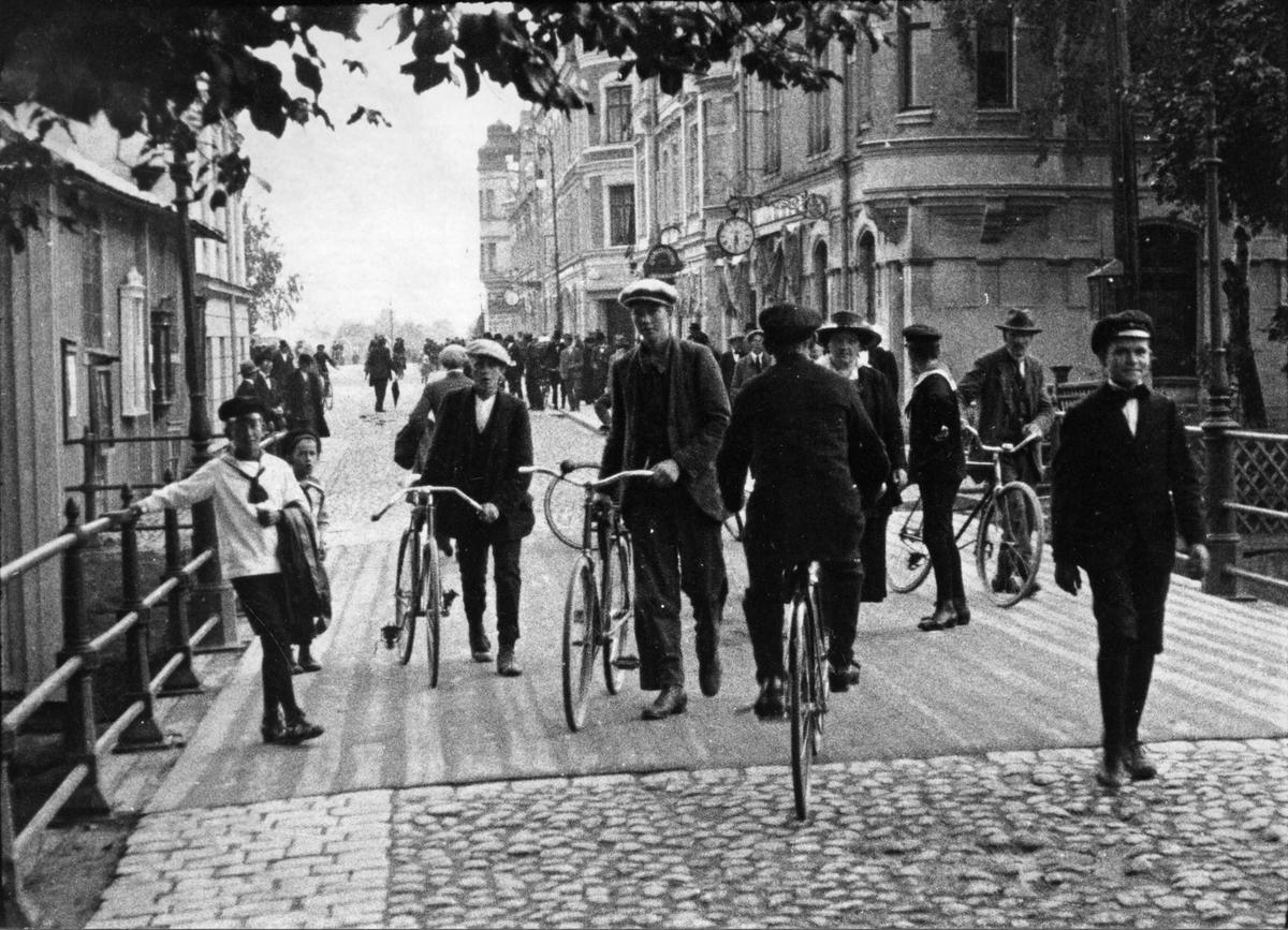 Stora Gatan och bron med flanörer och cyklister. 1910-20.