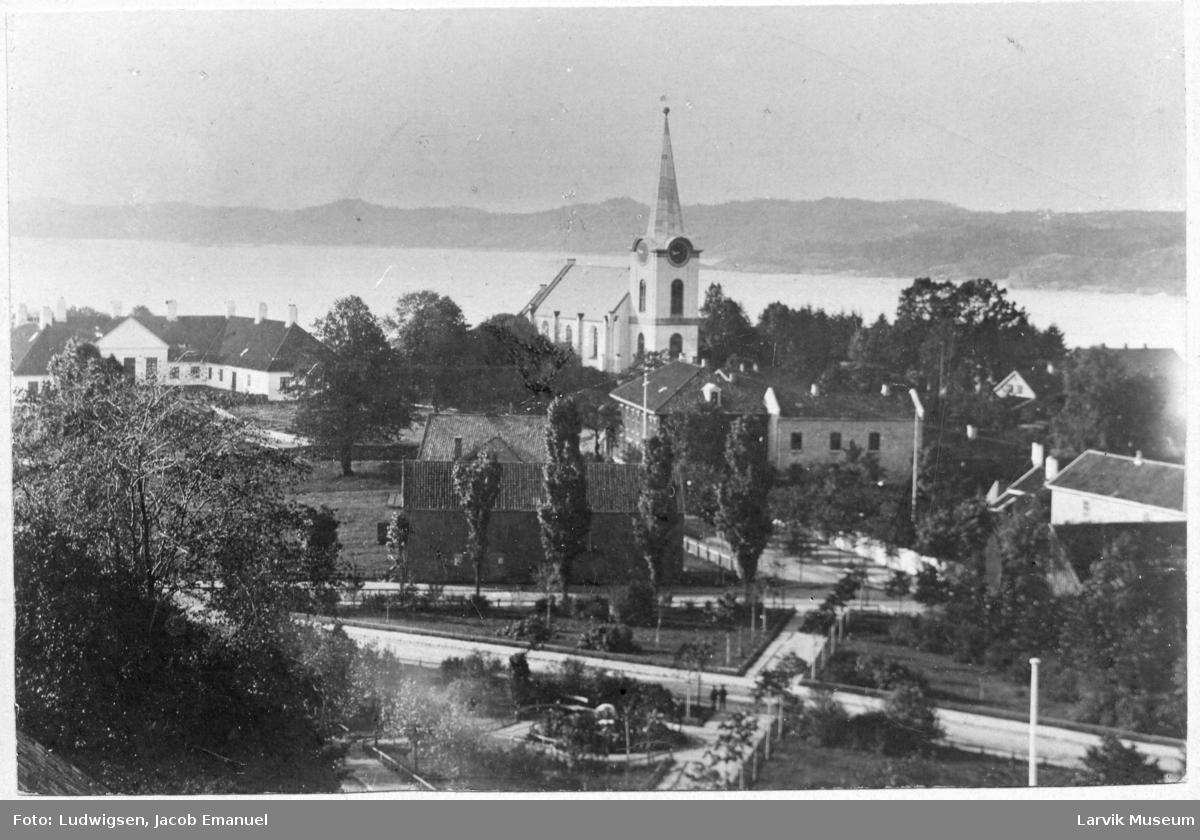 Herregårdsletta ned mot kirken og Hospitalet, fjorden