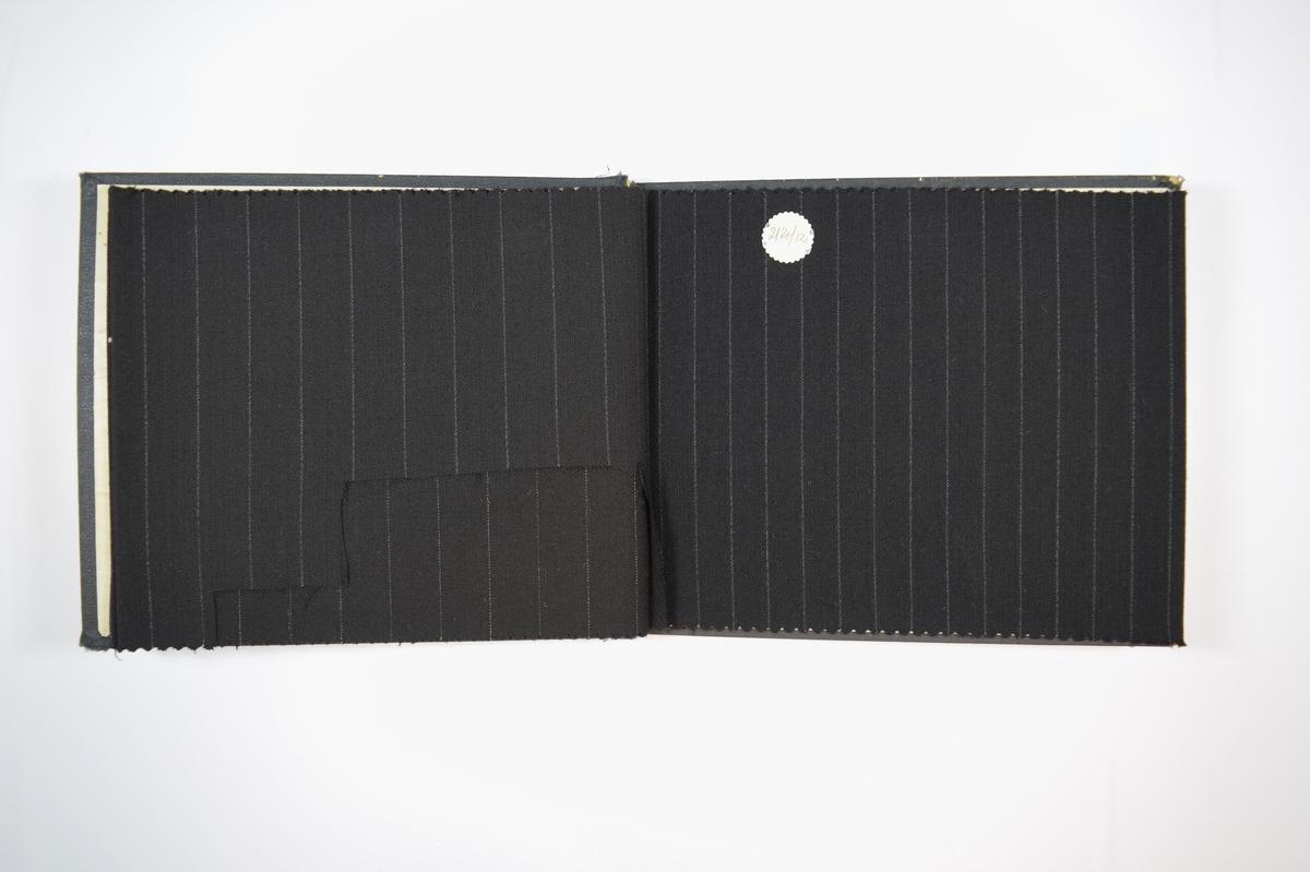 Rektangulær prøvebok med tre stoffprøver og harde permer. Permene er laget av hard kartong og er trukket med sort tynn tekstil. Boken inneholder relativt tynne, tette, sorte stoff med ulike stripemønster. Baksiden/vranga er mye jevnere uten stripemønsteret i veven. Stoffet ligger brettet dobbelt i boken slik at vranga skjules. Stoffet er merket med en rund papirlapp, festet til stoffet med metallstifter, hvor nummer er påført for hånd.   Stoff nr.: 2120/10 B, 2120/11 B, 2120/12.