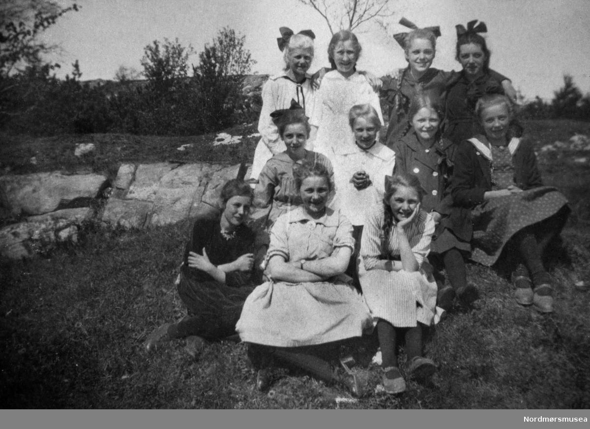 """Klassen ved Vanndammene."" ."" Fra et fotoalbum tilhørende Ellinor Williams-Phakdikun (1905-1963). Fra Nordmøre museums fotosamlinger."