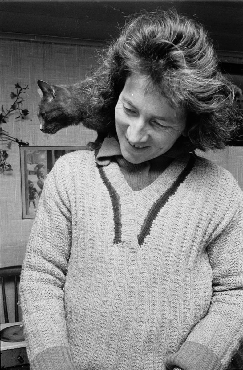 Clary Huldt med katt på axlarna, Riala, april 1967