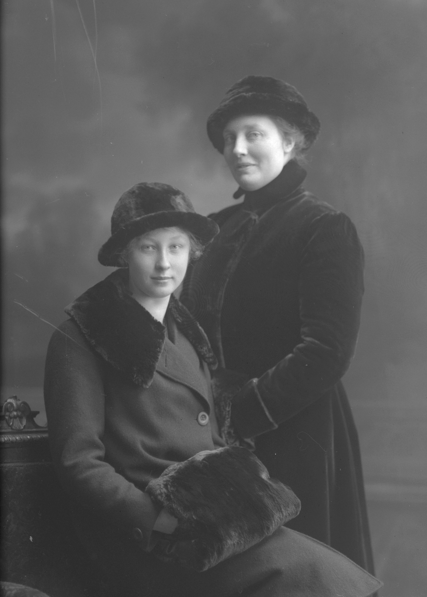 Edith Olsson och sittande Ingeborg Olsson, Västra Vägen, Gävle