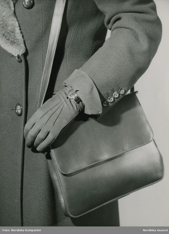 Väska i boxkalv med bärrem att bära över axeln. Handske i