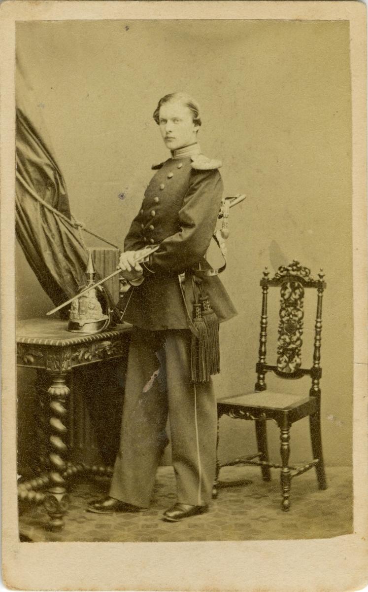 Porträtt av Ernst Gustaf Axel von Post, officer vid Livregementets grenadjärkår.