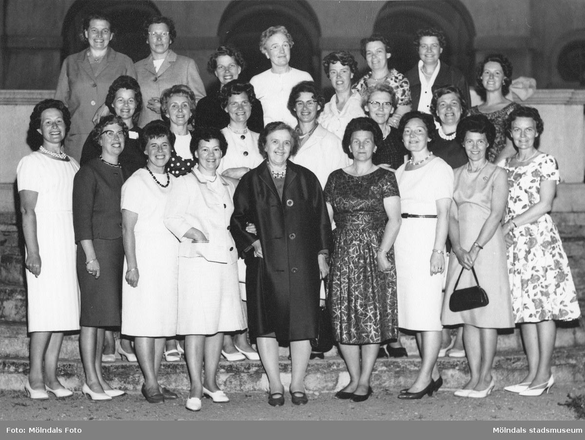 Klassåterträff på Kvarnbyskolan, troligtvis 1970-talet. Stina står 1.a från vänster på främre raden. Fru Rasmusson står 4.a från vänster på främe raden. Fru Jonsson står 1.a från vänster på andra raden.