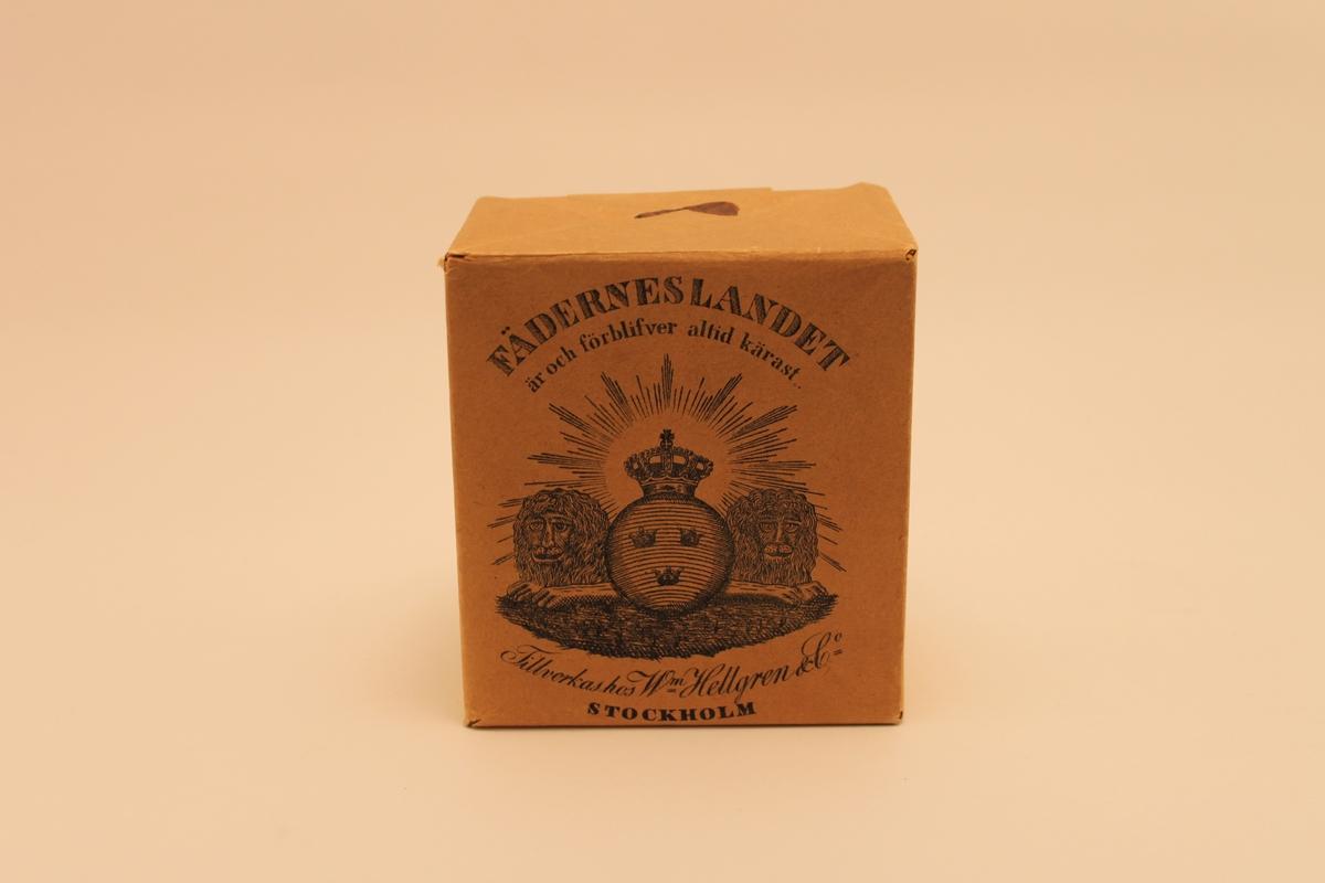 Pappersförpackning för tobak. Illustrerad med två lejon samt Sveriges vapen och en uppgående sol.