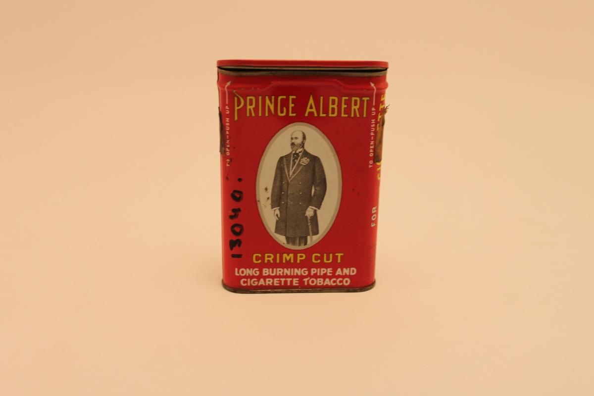 Röd plåtburk med lock för tobak med motiv av en elegant barhuvad herre med rock och käpp.