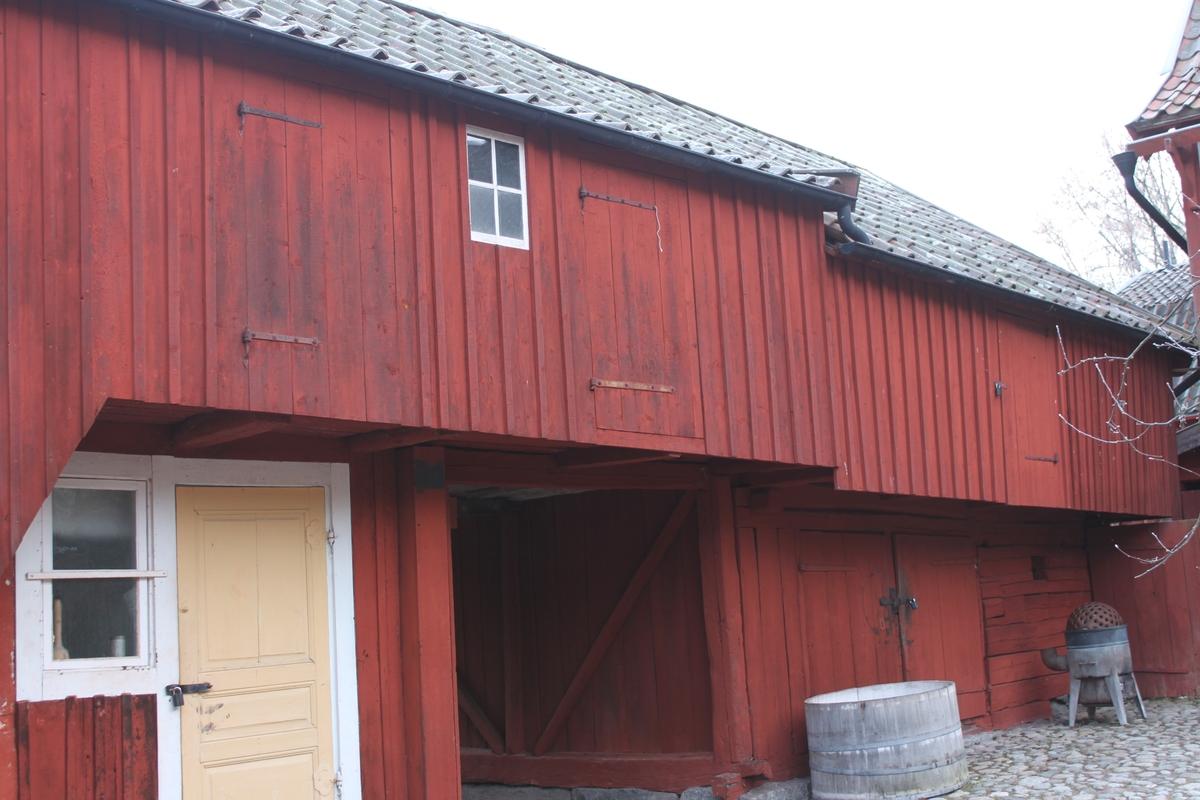 Byggnaden innehåller två bostäder om ett rum och kök samt förråd. Den står på en grund av huggen sten och är uppförd i liggande timmer med utknutar och knutlådor. Byggnadens nedersta våning är delad av ett portlider. Fasaden är delvis klädd med locklistpanel på bostadsdelen och uthusdelen, västra och östra fasaderna. På övervåningen inbyggd svalgång åt väster, täckande nästan hela fasaden, med tre luckor och litet fönster med spröjs. Västra fasaden har rödfärgade plankdörrar och luckor, förutom entrédörren till bostaden som är en gulmålad ramverksdörr. Vid portlidrets östra utfart sitter en svartmålad port av plankor, klädd med liggande panel. Spismuren är synlig i västra fasaden. Tegelskorsten med monterat plåtrör på toppen och plåtkant mot taket. Sadeltak liggande på tre åsar, med höjd del över svalgångens bostadsdel. Taket är belagt medenkupigt  tegel. Nock- vatt- och vindskivor är av trä. Mot väster finns hängrännor och stuprör i plåt.