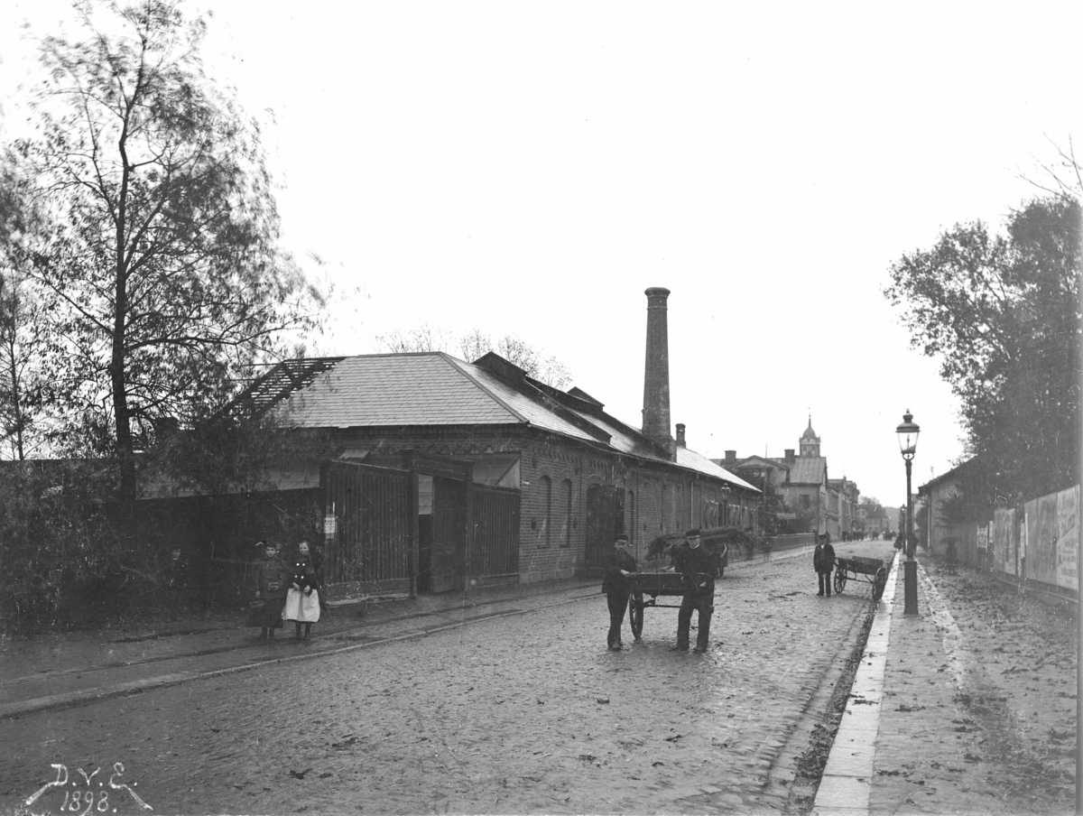 Gamla gasverket, vid S:t Larsgatan/Järnvägsparken, nedrivet 1898. Gasverket flyttades 1897 till hörnet Oskarsgatan/Fabriksgatan. Gasverket avvecklades 1964.S:t Larsgatan mot söder.