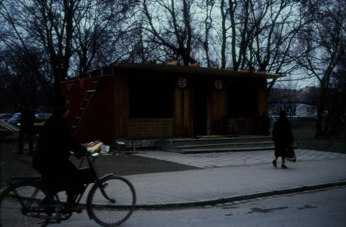 Orig. text: Gamla Tanneforsvägen, Mabos kiosk rivs. 1968-01-19.