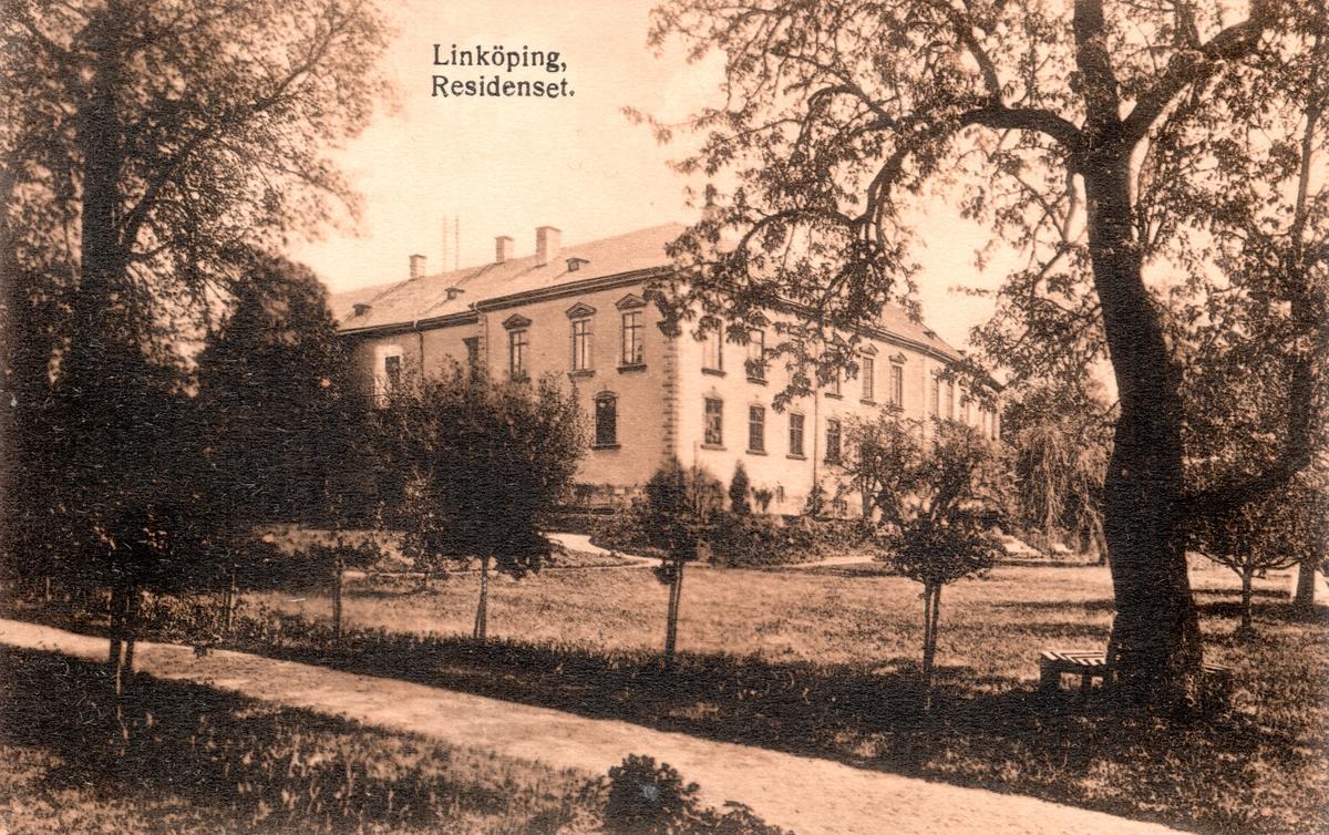 Orig. text: Linköping. Residenset.Slottet sedd mot sydost med trädgården i förgrunden.Slottet uppfördes på 1500-talet i medeltida stil. Under medeltiden och fram till reformationen bodde biskoparna på slottet, efter en dekadansperiod rustades slottet och landshövdingarna har bebott det sedan 1785. Upprustningen avslutades 1888. Åren 1932-33 skalades 1880-talets dekorationer bort och slottet återgavs en mer återhållsam karaktär.