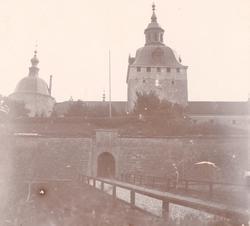 Kalmar slott med ravelin, Kuretornet och Kungsmakstornet.