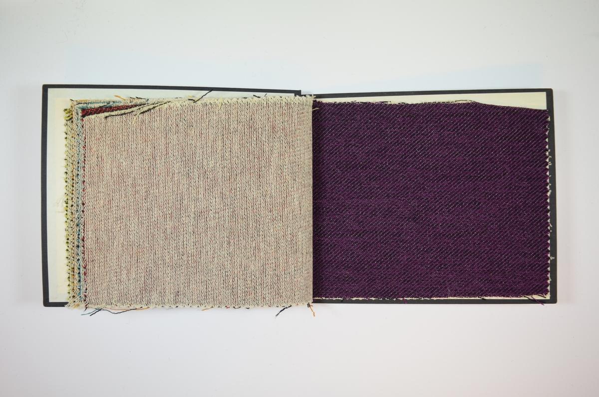 Rektangulær prøvebok med harde permer og fem stoffprøver. Permene er laget av hard kartong og er trukket med sort tynn tekstil. Boken inneholder middels tykke, nokså stive stoff med sterke farger i kombinasjon med svart. Kyperbinding/diagonalvevd. Den hvite renningstråden er nesten ikke synlig på rettsiden, men preger vrangsiden. Verken stoffet eller boken er merket med nummer, slik de fleste andre prøvebøker er.    Ukjent/uten stoffnummer.