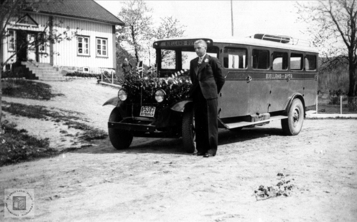 Bussen står ferdigpynta med sjåføren klar, Laubakken, Ågedal, Bjelland.