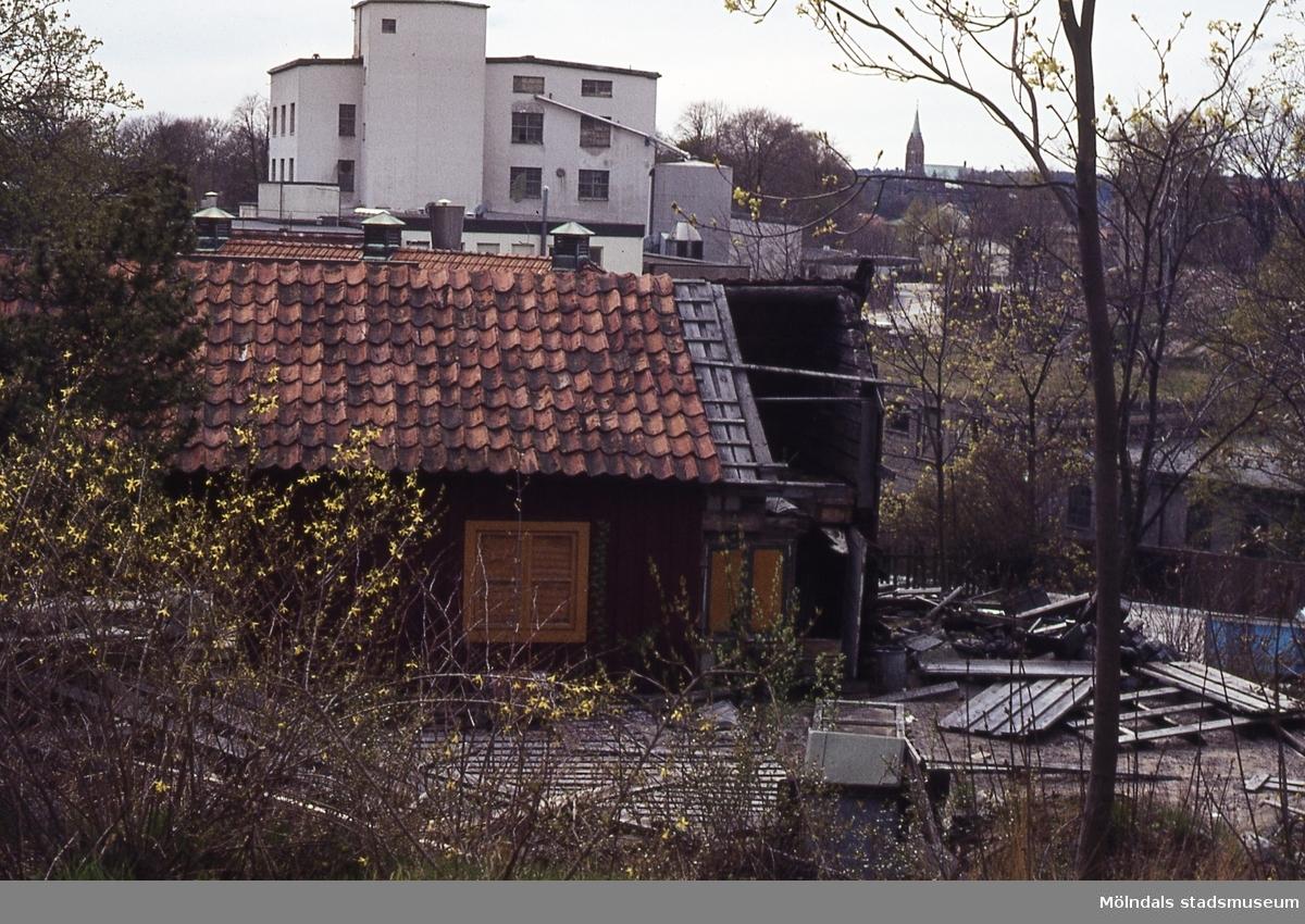 Roten M 13 vid Stalleliden i Mölndal, omkring 1980. I bakgrunden ses även byggnad tillhörande pappersbruket Papyrus samt Fässbergs kyrka.
