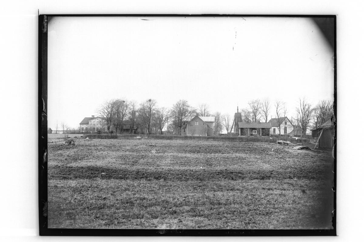 Almby kyrka och sju byggnader.Prästgården. Till vänster syns Tybble gård.