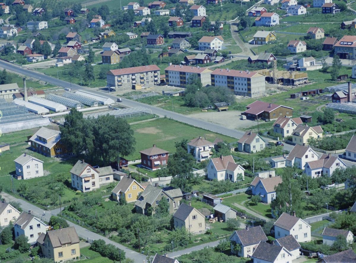 Flyfoto, Lillehammer, bebyggelse, Gausdalsgata og Nordre Grenseveg. To funkishus og Andreassen gartneri bak