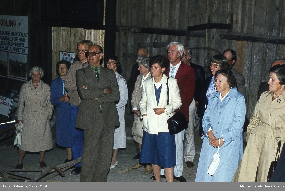 Olika persongrupper vid invigningen av lantbruksmuseet vid Götaforsliden 14 i Kvarnbyn, Mölndal, den 12 september 1983.