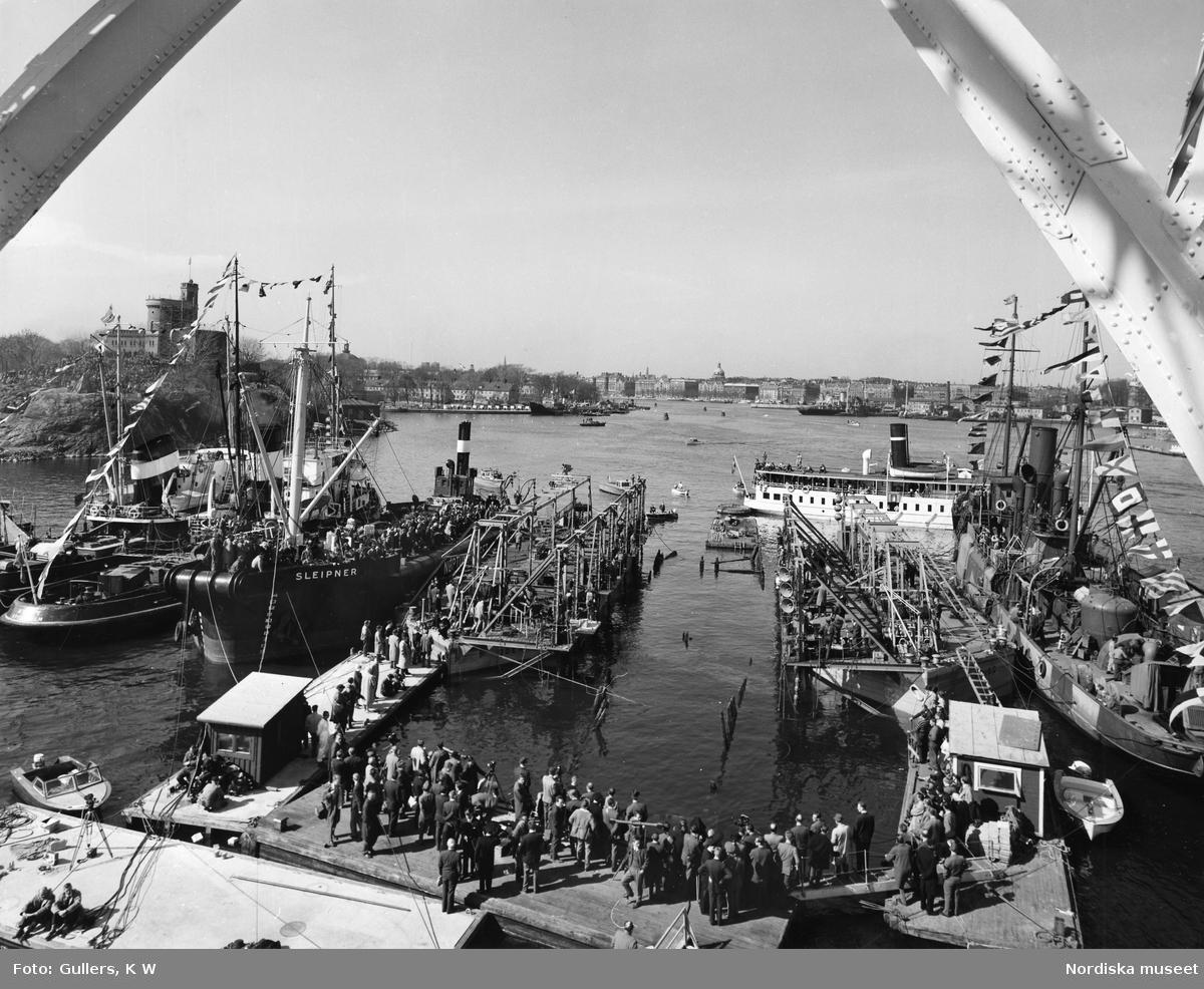 Åskådare och bärgare på flytbryggor och båtar vid bärgningen av regalskeppet Vasa utanför Beckholmen, Stockholm.
