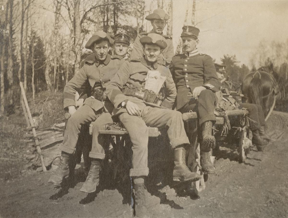 Truppförflyttning med soldater på hästdragen vagn.