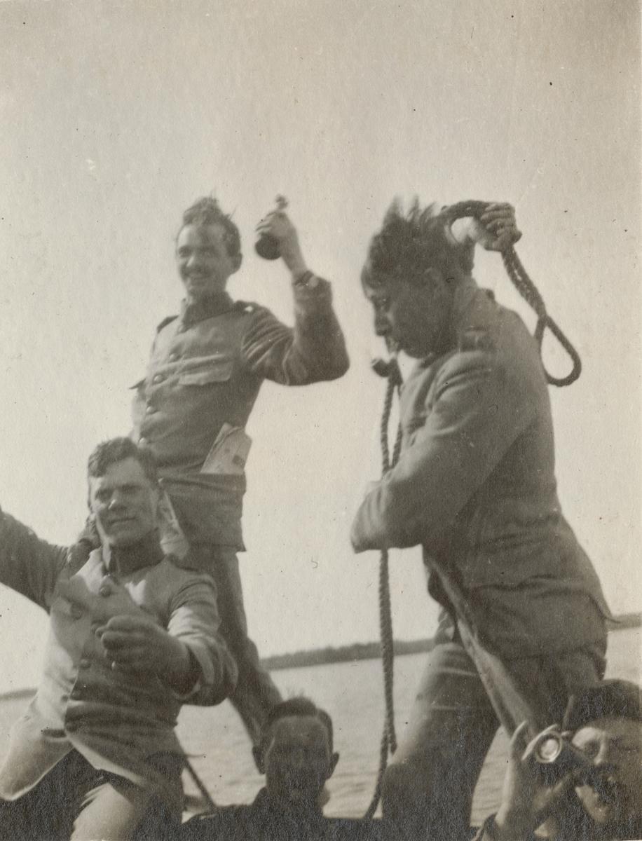En grupp soldater i båt.