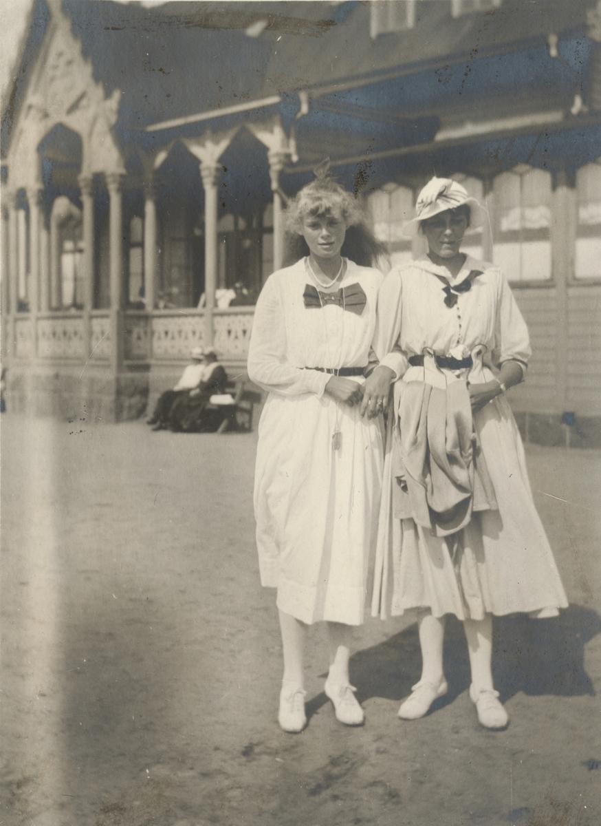 Två kvinnor utanför Kallbadhuset i Varberg.