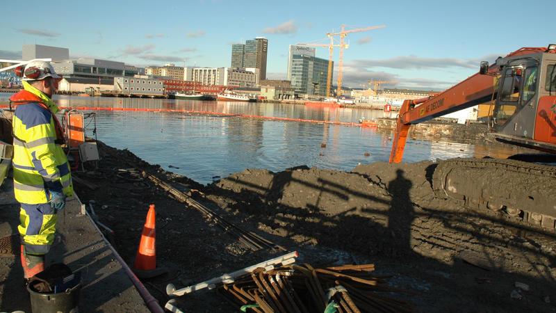 Arkeolog overvåker våtgraving på Senketunnelprosjektet. Oslo med Operaen i bakgrunnen. (Foto/Photo)