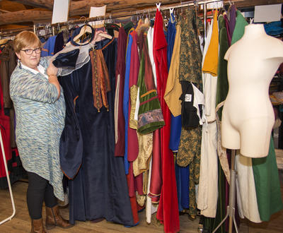 Skredderen viser fram ett av mange kostymer som Systua eier.