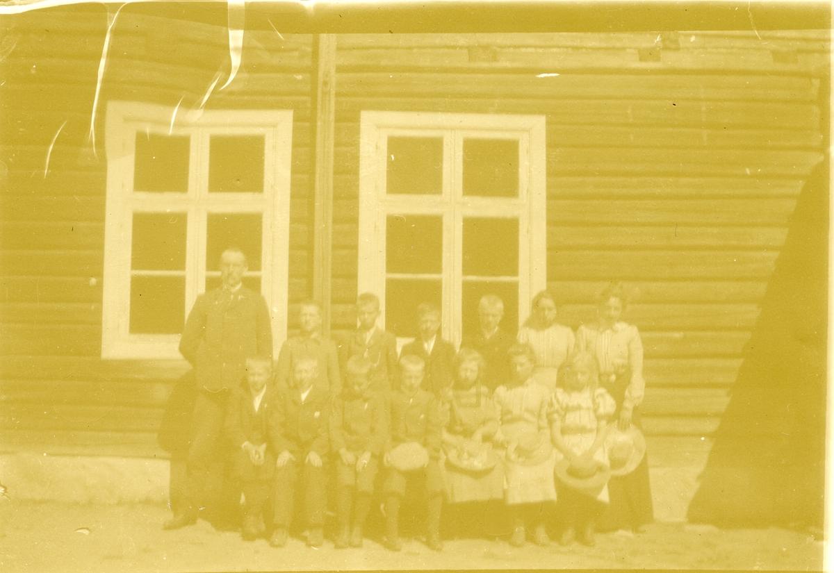Olaus Islandsmoen med framhaldsskoleklasse. Elevane er ikkje kjente.