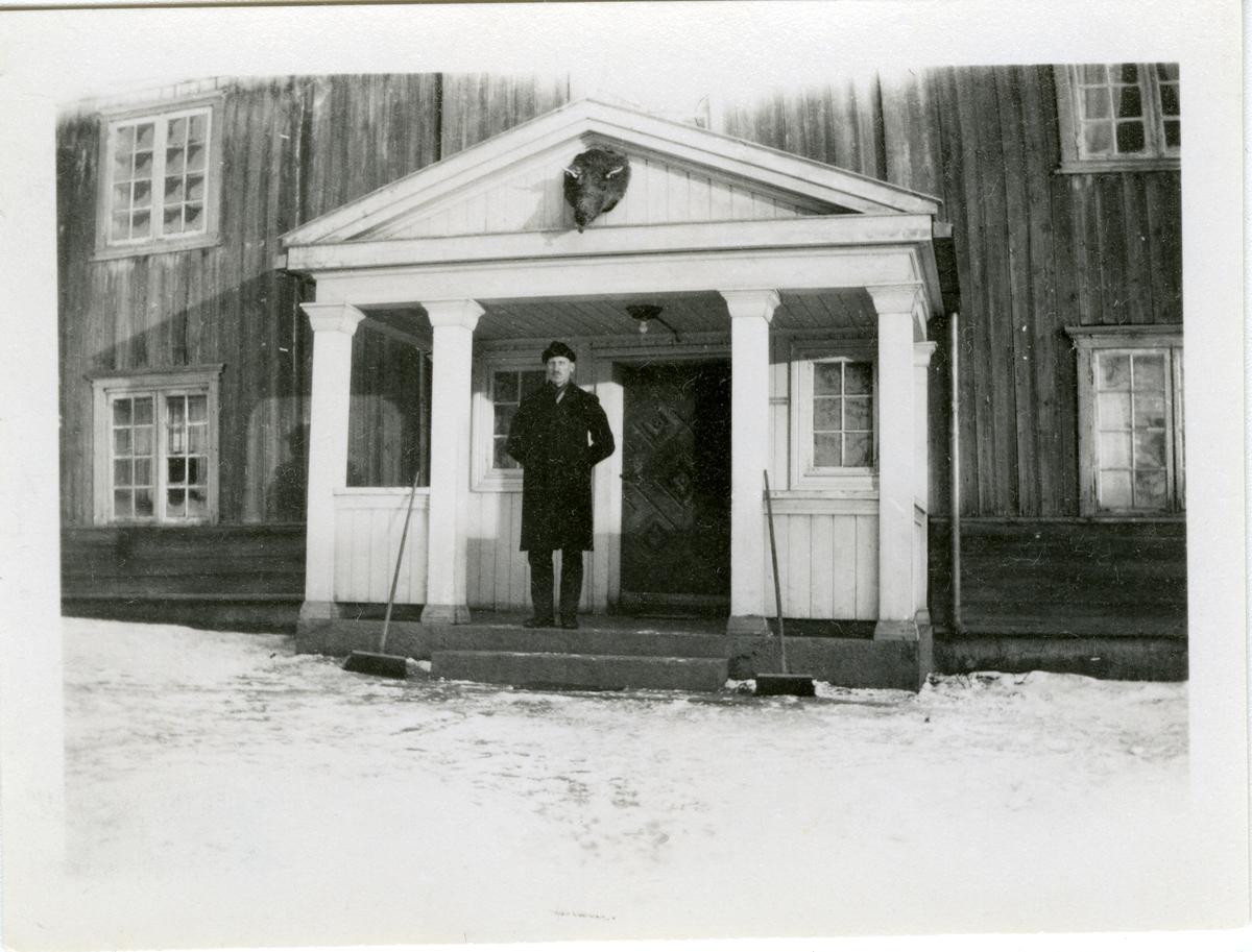 Olaus Islandsmoen i portalen på Augedal, 1930.