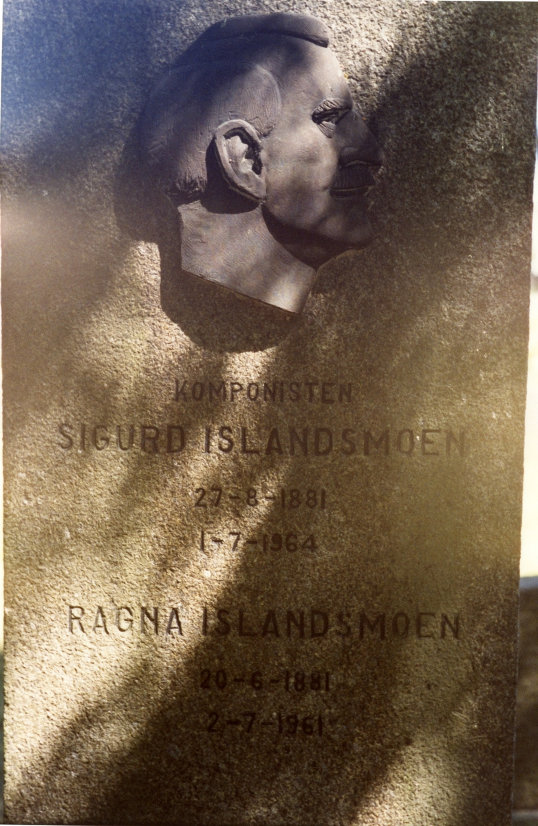 Foto av Sigurd Islandsmoen sin bautastein på kyrkjegarden i Moss, 1991.