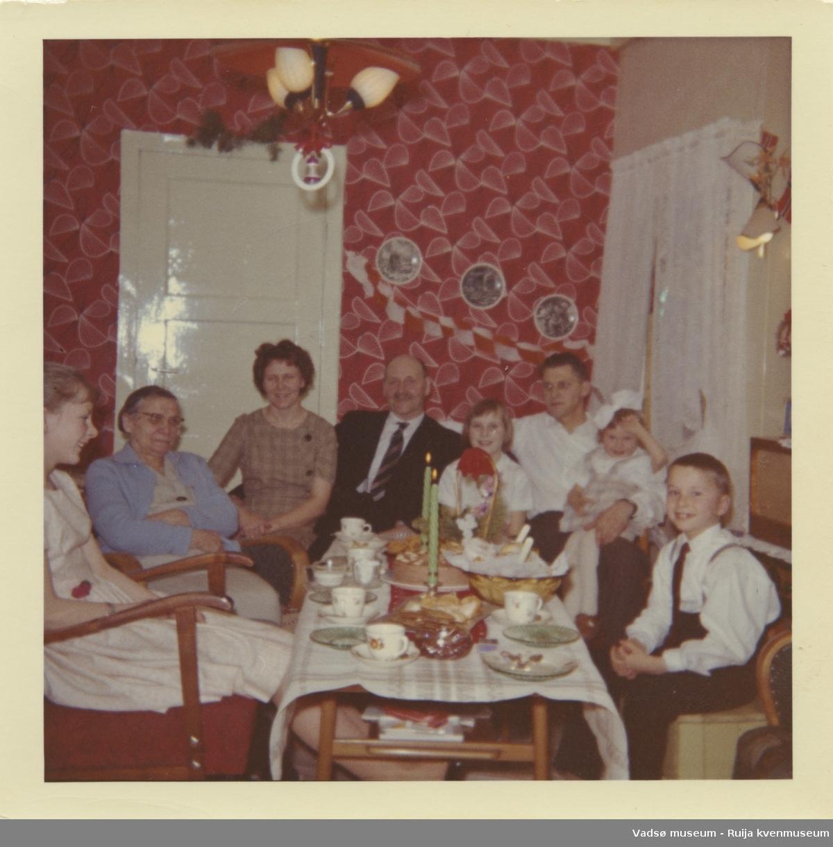 Familien Olsen/Jørstad i stua på Kjeldsenbruket i forbindelse med julefeiring, ca. 1965.