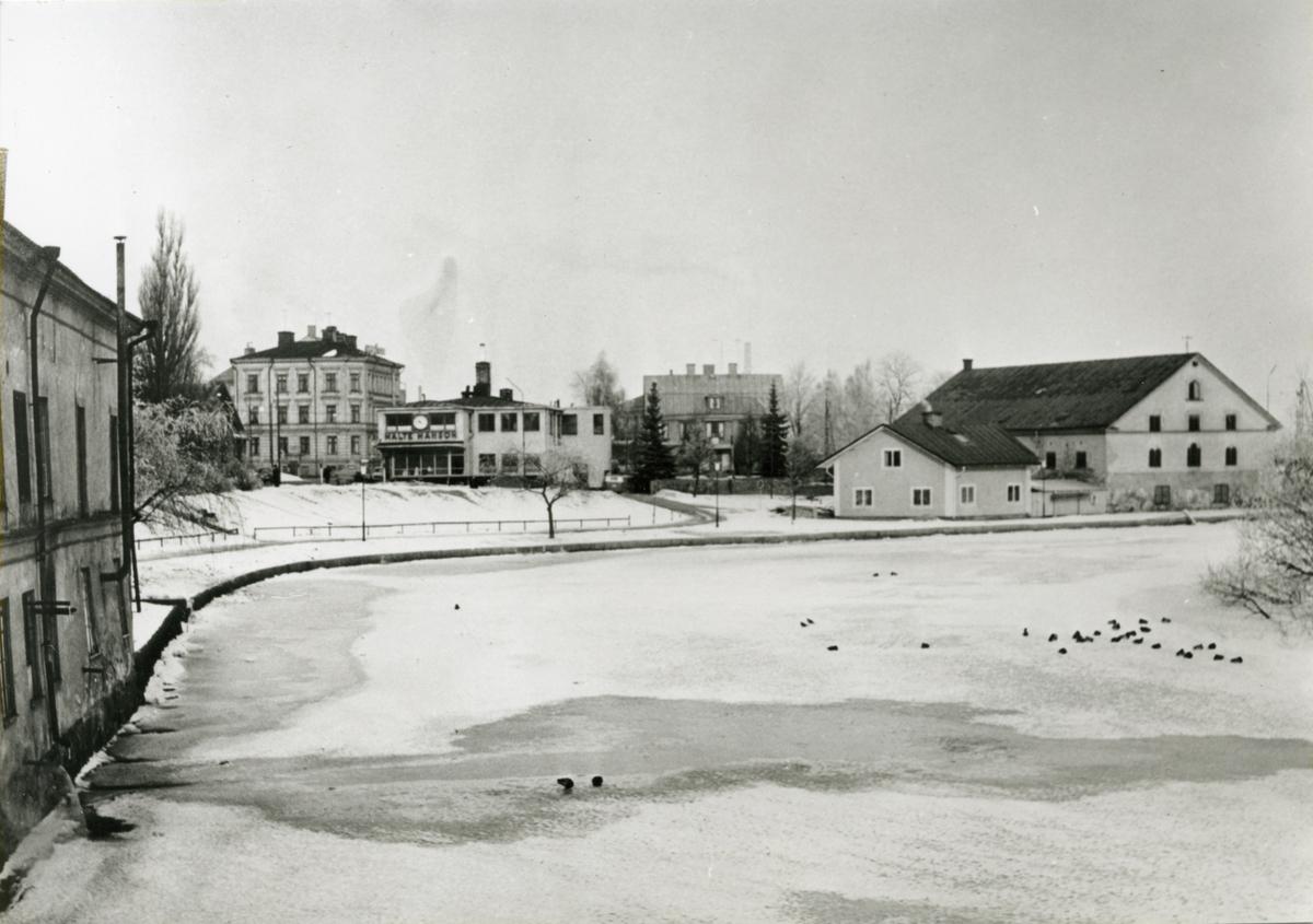 Stångån nerströms Stångebro. I vänsterkant syns Nyströms tvätteri följt av Malte Månsons verkstad. Till höger Stångs Magasin. Fram till 1860-talet fanns ett vattenfall, uppströms Stångs Magasin, vars kraft alltsedan medeltiden har använts till bland annat driften av kvarnar. 1802 köptes fastigheten av Bergsmekanikus Olof Åkerréhn. Han lät bygga kvarnbyggnaden, idag Stångs Magasin, år 1805. Kvarnen byggdes om till magasin när fallen byggdes bort för Kinda kanal. Fastigheten och byggnaden har sålts ett flertal gånger och fungerat som tull- och sjömanshus samt spannmålsmagasin som gett huset sitt namn. Sedan 1998 har restaurangverksamhet funnits i byggnaden.