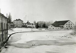 Stångån nerströms Stångebro. I vänsterkant syns Nyströms tvä