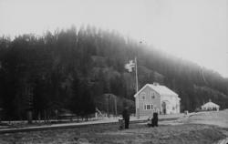 Heradsbygd stasjon som ny - med en familie i forgrunnen